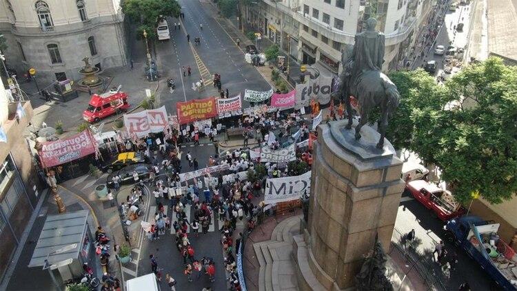 Manifestantes opositores y de izquierda se congregaban en las zonas aledañas a la Legislatura esta mañana. (Thomas Kazki)