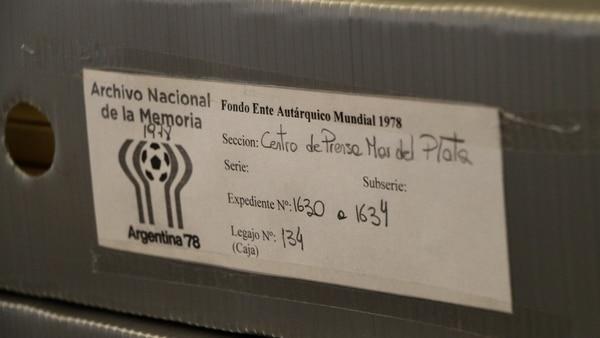 Las cabinas de prensa de los estadios mundialistas fueron construidas de manera específica para el adoctrinamiento de la prensa extranjera. Aquí una carpeta con documentación relativa al centro de prensa del estadio de Mar del Plata