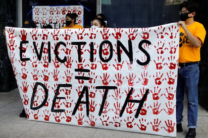 """""""Desalojos = muerte"""", dicen los manifestantes en una marcha en California poco antes que venza el paquete de ayuda aprobado en marzo (Reuters)"""