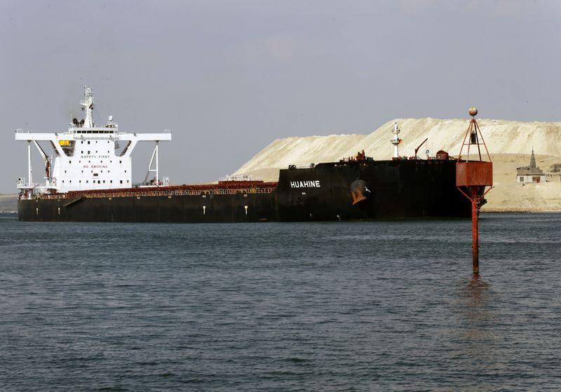 FOTO DE ARCHIVO: Un barco en el Canal de Suez en Ismailia, Egipto, 30 de marzo de 2021. REUTERS/Hanaa Habib