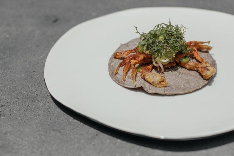 La propuesta gastronómica de Enrique Olvera se ha definido al paso de los años por la obsesión hacia los detalles, la sutileza en la elección de ingredientes y la construcción de sabores así como en una dinámica de evolución constante y honda exploración en el potencial culinario de México (Genitileza: Latin America's 50 Best)