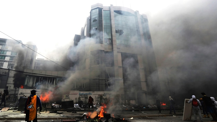 Un grupo de encapuchados incendió y saqueó el edificio de la Contraloría de Ecuador este sábado 12 de octubre