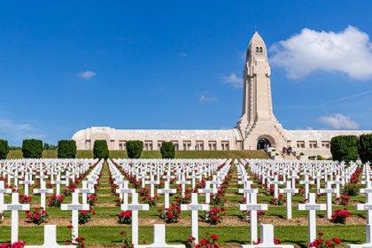 Osario y cementerio de Douaumont para los soldados de la Primera Guerra Mundial que murieron en la Batalla de Verdun (Shutterstock)
