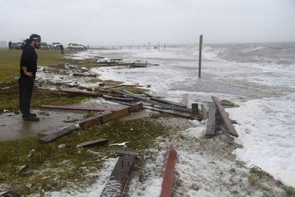 Un hombre en la costanera de Corpus Christi, Texas. (Annie Rice/Corpus Christi Caller-Times via AP)