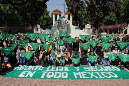 """Decenas de mujeres y niñas se reunieron en el Parque México para realizar """"pañuelazo"""" como parte del día de Aborto Seguro en América Latina, convocado por feministas de Argentina (Foto: Cuartoscuro)"""
