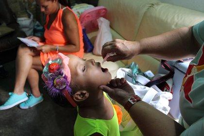 Gracias a la vacunación, el virus se redujo en un 99% a nivel mundial (PAHO)