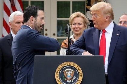 Donald Trump saluda con el codo para evitar el contacto de las manos como medida preventiva del coronavirus