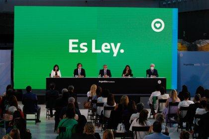El Presidente Alberto Fernández firmó la promulgación de la Ley de Interrupción Voluntaria del Embarazo hasta la semana 14.  EFE/Juan Ignacio Roncoroni