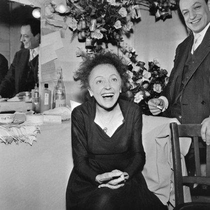 El 30 de diciembre de 1960, Édith Piaf posa con el compositor Charles Dumont en París.