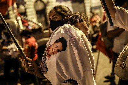 En la imagen un registro de copartidarios del candidato a la Presidencia de Perú Pedro Castillo, del partido de extrema izquierda Perú Libre, en Lima (Perú). EFE/Aldair Mejía/Archivo