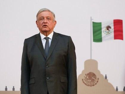 Andrés Manuel López Obrador escucha el himno nacional después de su informe en el segundo aniversario de su toma de posesión (Foto: Reuters/Henry Romero)