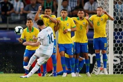 FOTO DE ARCHIVO. El argentino Lionel Messi dispara a portería con un tiro libre en la semifinal de la Copa América 2019, en Belo Horizonte, Brasil. 2 de julio de 2019. REUTERS/Luisa González.