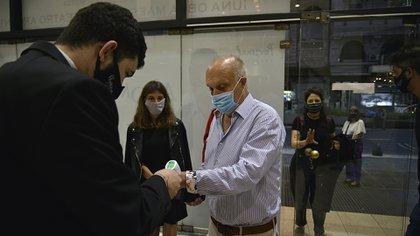 Hernán Lombardi tomándose la temperatura en el hall del Multiteatro