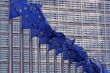FOTO DE ARCHIVO: Varias banderas de la Unión Europea ondean frente a la sede de la Comisión Europea en Bruselas, Bélgica, el 19 de febrero de 2020. REUTERS/Yves Herman
