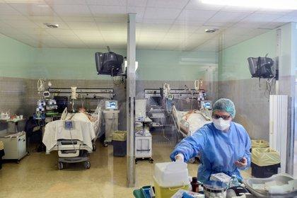 El trabajador sanitario usa una máscara protectora y un traje para tratar a pacientes que padecen la enfermedad por coronavirus (COVID-19) en una unidad de cuidados intensivos en el hospital Oglio Po en Cremona (REUTERS/Flavio Lo Scalzo)
