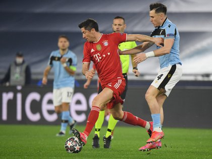 Lewandowski and Patric fight for dominance of the ball (REUTERS / Alberto Lingria)