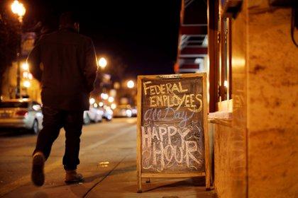 Un bar ofrece ofertas a los empleados federales (Reuters)