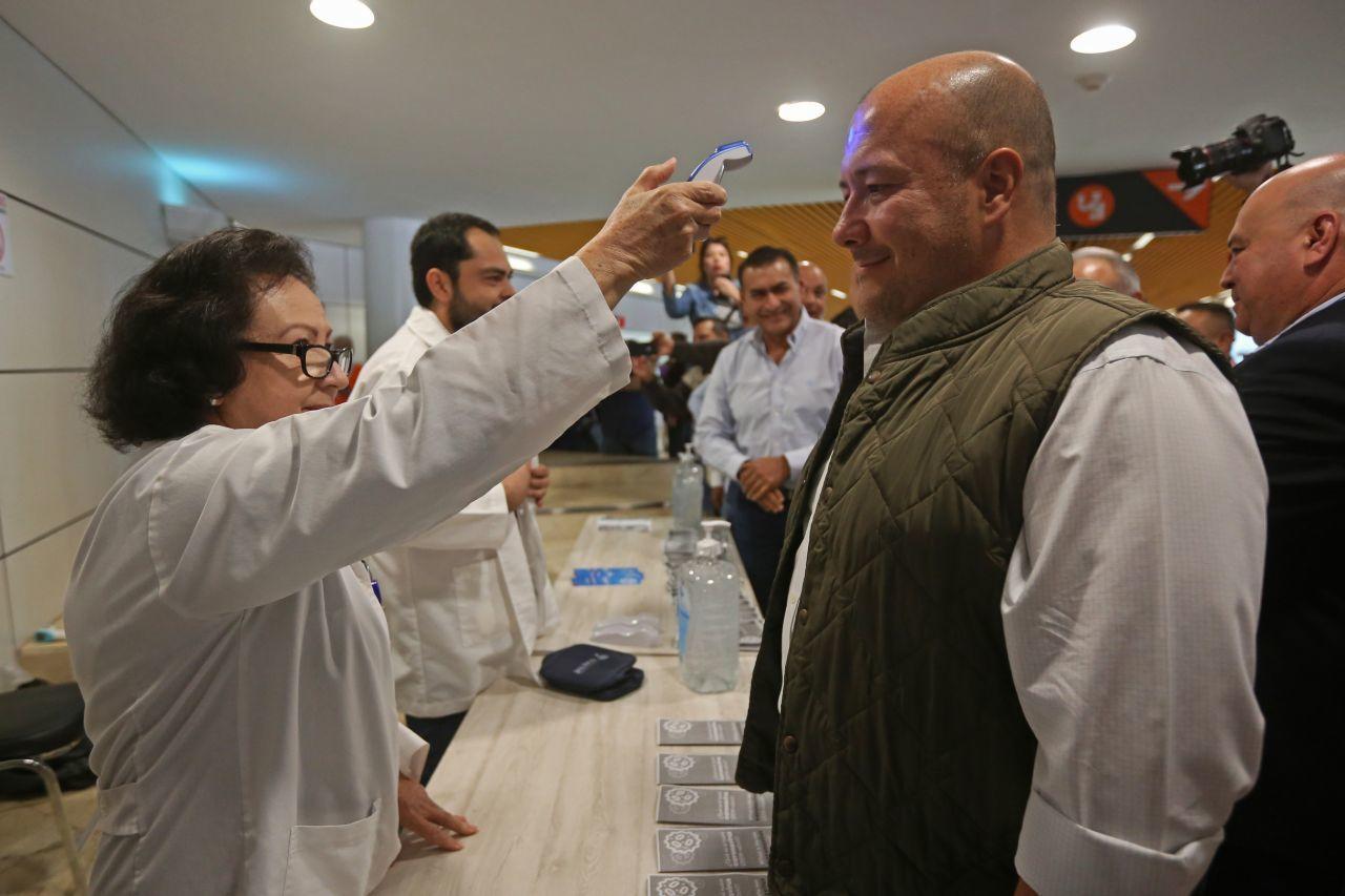 El Gobernador del estado, Enrique Alfaro Ramírez, durante una inspección sobre las medidas preventivas ante el COVID-19 en el Aeropuerto Internacional de Guadalajara Miguel Hidalgo y Costilla (FOTO: FERNANDO CARRANZA GARCIA / CUARTOSCURO.COM)