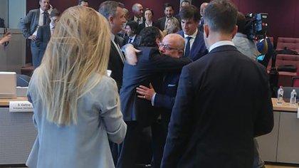 Jorge Faurie y Dante Sica se abrazan tras sellar el acuerdo
