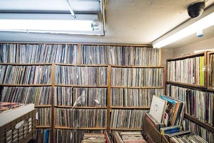 Esta disquería es conocida por estar ubicada bajo un sótano y tener los discos de colección más buscados por los amantes de la música (Gear Patrol)