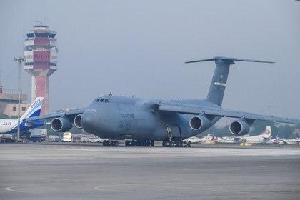 Un avión de la Fuerza Aérea de los EE.UU. en la pista después de aterrizar con suministros de socorro para el COVID-19 en Nueva Delhi, India, este 30 de abril de 2021 (Reuters)