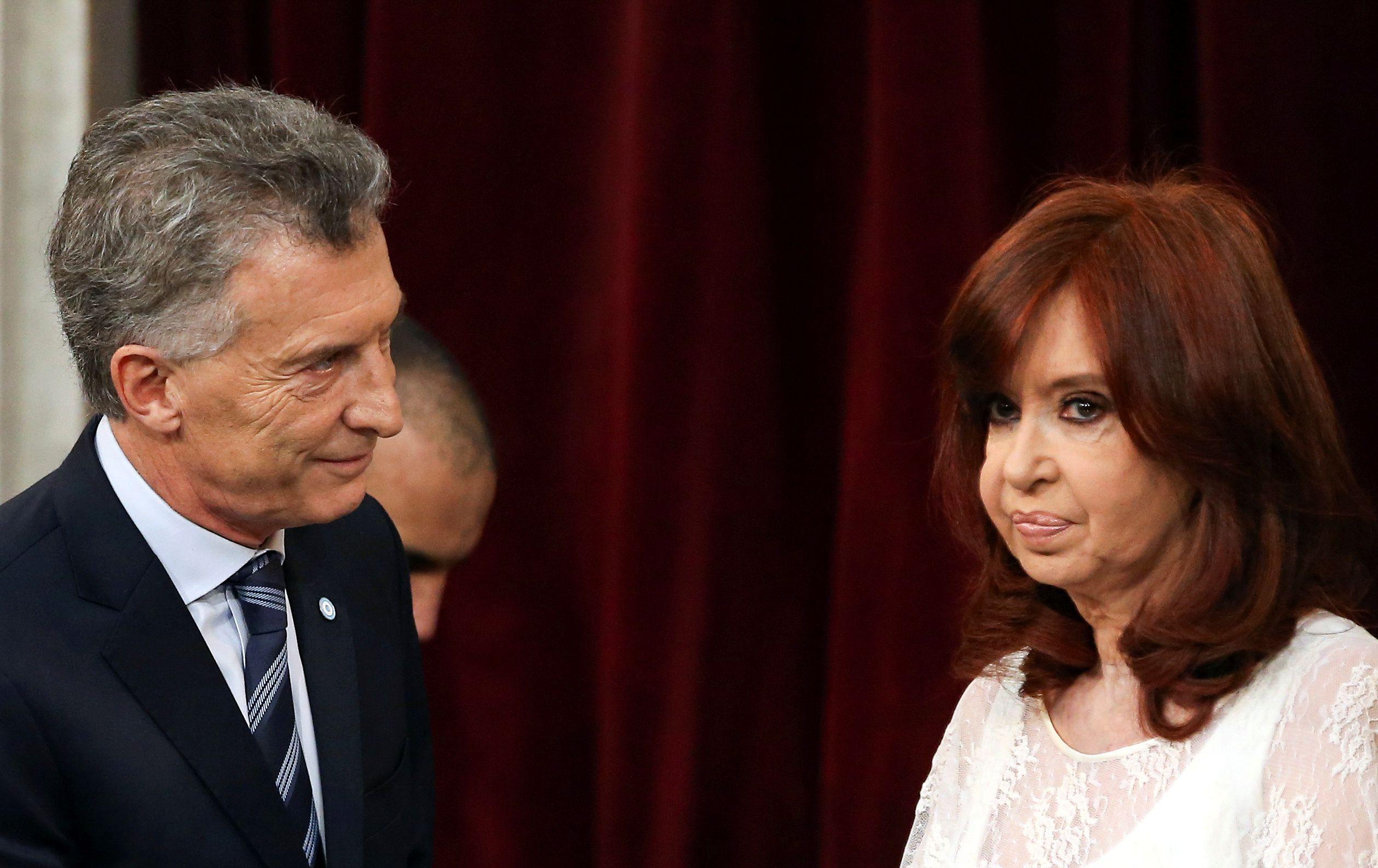 Cristina Fernández de Kirchner y Mauricio Macri se saludan con frialdad durante la asunción presidencial de Alberto Fernández