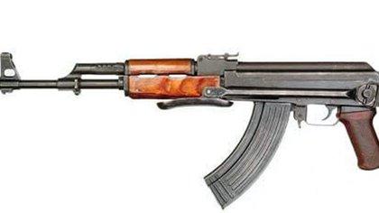 El AK-47 es el clásico entre los cárteles (Foto: Twitter@TsotetsiFrancis)