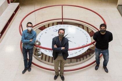 Fotografía cedida por la Universidad de Granada (UGR) que muestra al investigador Rubén Hurtado Gutiérrez junto con los profesores Carlos Pérez Espigares y Pablo Hurtado, del departamento de Electromagnetismo y Física de la Materia de la UGR. EFE