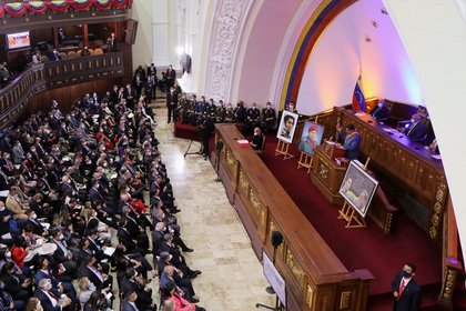 Les législateurs chavistes ont entendu le discours de Maduro sans respecter la distanciation sociale pour empêcher la transmission du coronavirus (REUTERS / Manaure Quintero)
