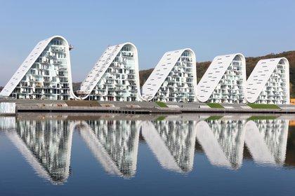 The Wave: el moderno complejo de edificios residenciales en la bahía de Skyttehus en Vejle, Dinamarca, está inspirado en la Ópera de Sydney del arquitecto danés Jørn Utzon y el paisaje montañoso que rodea el fiordo de Vejle (Shutterstock)