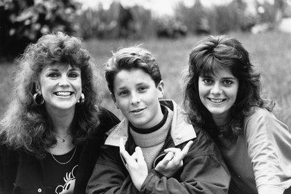Christian Bale fotografiado junto a su madre, Jenny, y Louise en 1988 (Foto: Ted Blackbrow/Daily Mail/Shutterstock)