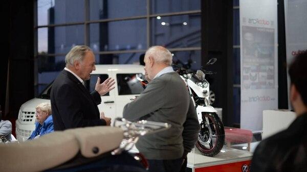 Walter Steiner, presidente de Zanella, en diálogo con dos visitantes durante el Salón del Automóvil. Detrás, el camión que finalmente no será fabricado en el país
