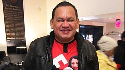 Juan Caldera es un empresario defensor del régimen de Daniel Ortega y Rosario Murillo, a tal punto que se dio a hacer camisas con las fotos de ambos. (Cortesía)