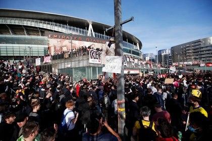 Los fanáticos se reunieron en la puerta del estadio para repudiar a la Superliga europea. Foto: Reuters/Andrew Boyers