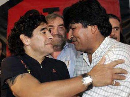 FOTO DE ARCHIVO: Maradona junto a Evo Morales