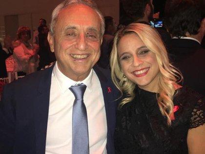 Florencia junto a su padre, el doctor Pedro Cahn, creador de la Fundación Huésped.
