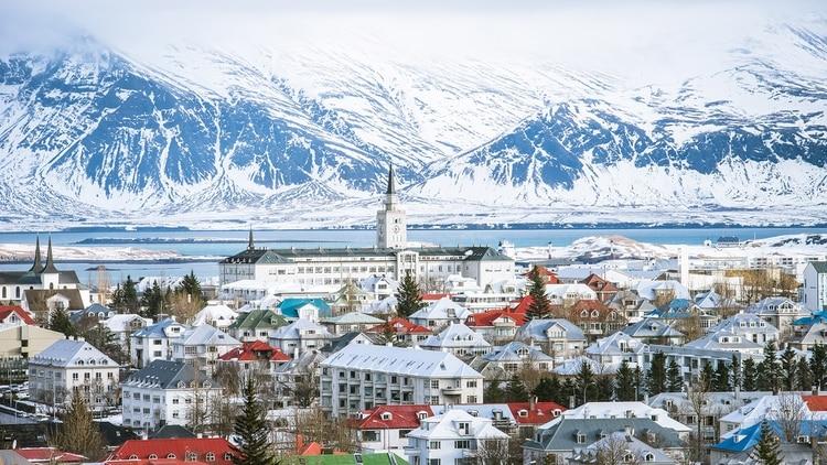 Reykjavik, la capital de Islandia durante la nevada de invierno.