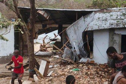 Personas retiran escombros de sus viviendas dañadas en San Andrés (Colombia), el 18 de noviembre de 2020. EFE/ Juan David Suárez Corpas