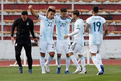 Los jugadores argentinos celebran el gol del empate que marcó Lautaro Martínez. Foto: Juan Karita/Reuters