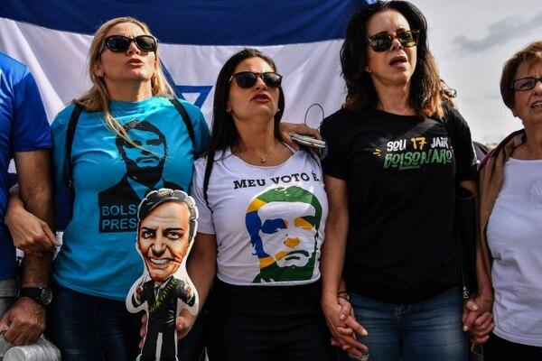 Las políticas conservadoras de Bolsonaro han logrado atraer a numerosas votantes, aunque su apoyo es mucho más elevado entre los hombres (AFP)