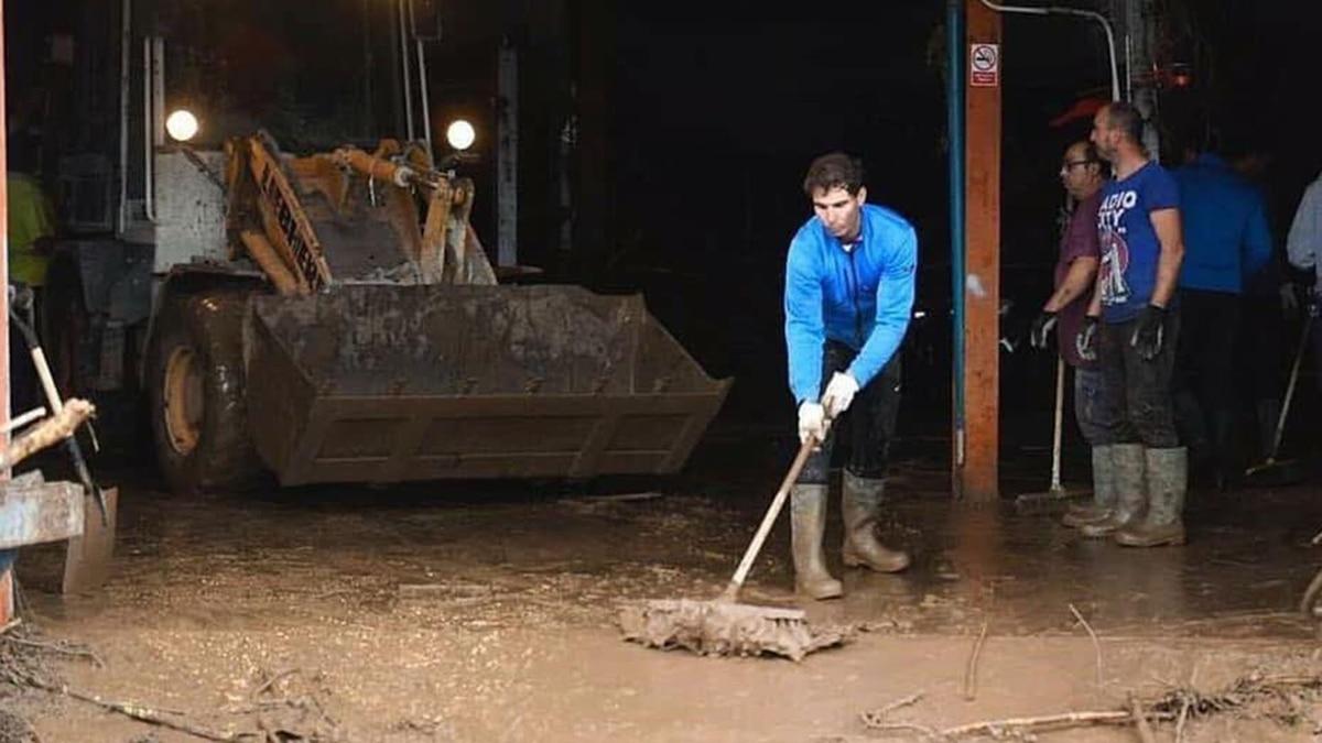 Image result for Rafa Nadal trabajando en majorca por el huracán