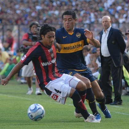 El Chaco Torres le roba la pelota a Juan Román Riquelme ante la mirada de Carlos Ischia