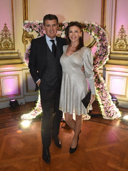 La ex modelo y conductora, Fabiana Araujo con un vestido dorado y stilettos negros, junto a su marido, Alejandro Pérez Escoda con un impecable esmoquin de tres piezas y zapatos en punta