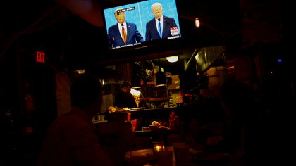 People watch the final 2020 U.S. presidential campaign debate between U.S. President Donald Trump and Democratic presidential nominee Joe Biden, in a bar, in Washington U.S. October 22, 2020.  REUTERS/Hannah McKay