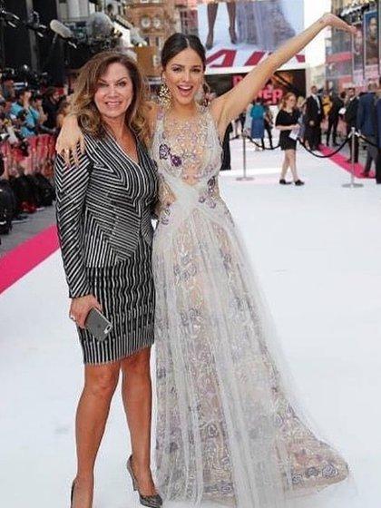 """Eiza González con su madre durante el estreno en Londres de la película. """"Baby Driver"""" (Foto: Instagram @glendareyna)"""