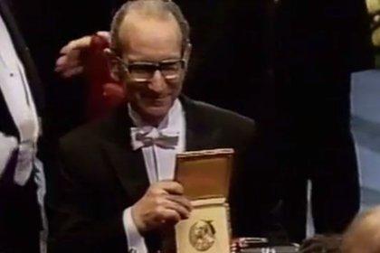 Milstein recibe el Premio Nobel (capturas documental de Ana Fraile y Lucas Scavino)