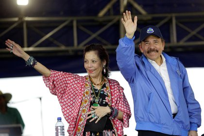 En la imagen, el presidente de Nicaragua, Daniel Ortega (d) junto a la vicepresidenta Rosario Murillo (i). EFE/Bienvenido Velasco/Archivo
