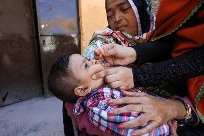 Solo dos semanas después de que se administraran las primeras dosis, el Servicio de Salud Pública informó que seis niños vacunados habían contraído poliomielitis (Reuters)