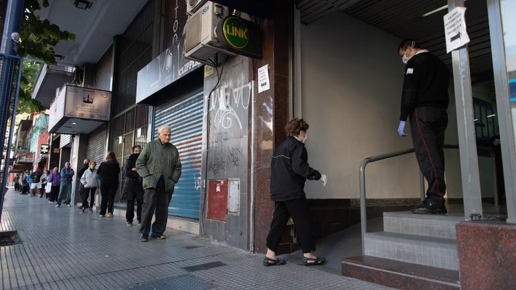 Los bancos brindarán atención al público con un sistema de turnos (Adrian Escandar)