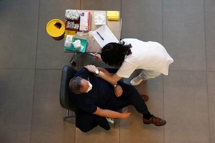 Vacunación en Tel Aviv (Reuters)